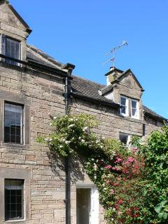 ANNE'S BRIAR COTTAGE en-suite shower, four poster double bed, WiFi in Winster Re