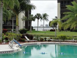Serene gated condo on river 2 mins from downtown