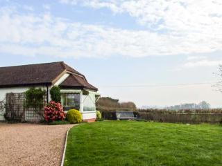 THE COTTAGE, semi-detached, all ground floor, WiFi, near Malvern, Ref 921093