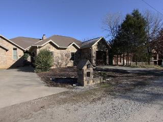 Table Rock Estate-Stay at this Beautiful Lake Front Home Near Big Cedar, Hollister