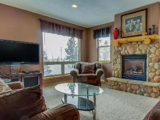 Mountain view townhome w/ shared pool, hot tub & room for 13, Wildernest