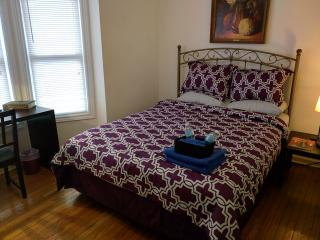 Cozy Master Private Suite w/ Queen Bed & Sofa Bed, Hamilton