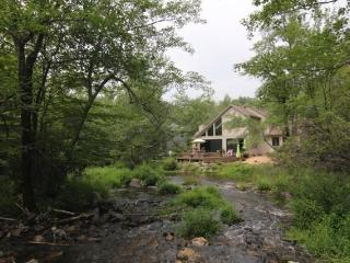 Streamfront,Modern Style, in Exclusive Pocono Lake