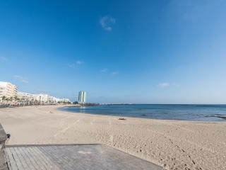 Arrecife Sands, beach front / central location, stress free Airport Transfer inc