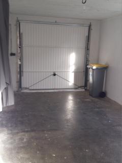 Il s'agit de l'intérieur du garage qui se trouve au RDC en façade avant