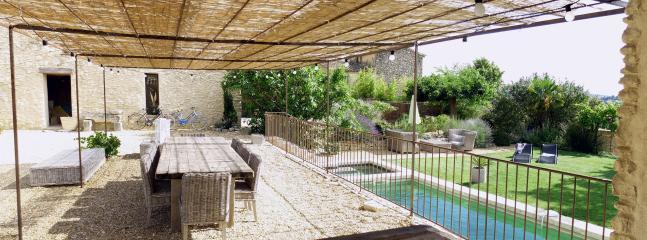 Vue depuis la cuisine d'été, pergola ombragée et piscine