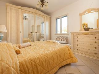 CHARMING VILLA VALIANA 150 MT  FROM BEACH, Cefalu