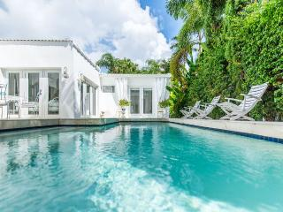 Simply Chic Luxurious 4 Bed. 4 Baths,Heated Pool 1 Mile To Coconut Grove Village