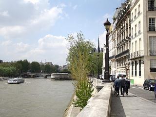 Stay on the St Louis Island-view on Notre Dame de Paris from your terrace Rue St Louis en l'Ile - apt #4 (75004)