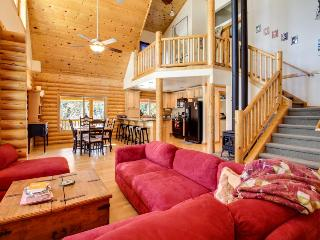 Spacious log cabin for 10 w/private hot tub, weddings OK!, Cascade