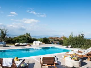 Villa Mariposa-Luxury & Sunny with Private Heated Pool/Panoramic Sea & City View