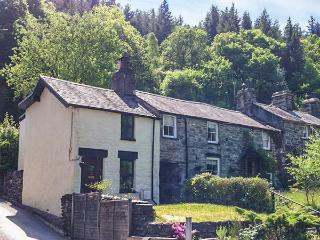 SQUIRREL COTTAGE, character, en-suite, woodburner, pet-friendly, WiFi, in Betws-y-Coed, Ref 931668