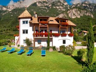 Neuerbautes Haus mit Blick auf's Etschtal u. Berge