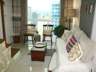Beautiful Loft in Makati - Central to everything!