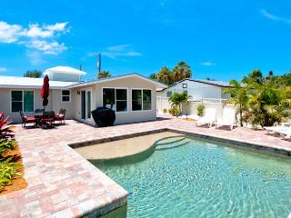 Beach Walk: 2BR Family-Friendly Pool Home on Canal, Anna Maria