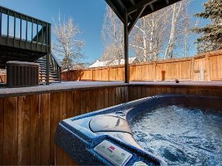 Spacious 4BR w/ Multiple Living Areas, Wet Bar & Private Hot Tub - Sleeps 13