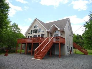 BOOK NOW FOR YOUR SUMMER GETAWAY! 6 Bedroom Chalet Home in Towamensing Trails