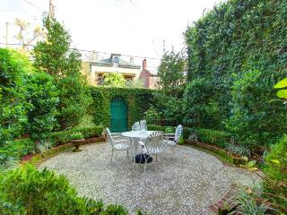 Jones Street Retreat- Cozy Garden Level Property!, Savannah