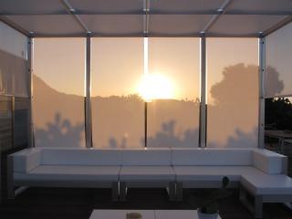 Il gazebo con i divani e il tramonto di Ustica