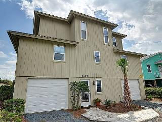 Wayne's World - SAVE UP TO $200!! Oceanfront w/ Screened Deck & Garage Parking, Topsail Beach
