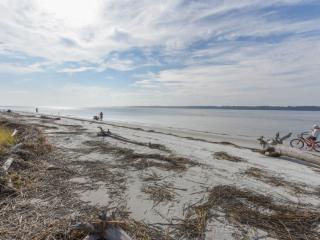 Fresh & Fun Bluffs Villa in South Beach - 3 minute walk to Salty Dog, Pool