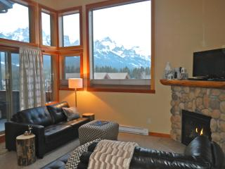 COZY CANADIANA CONDO - PANORAMIC MOUNTAIN VIEWS