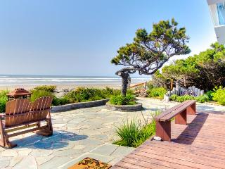 Oceanfront, pet-friendly cottage w/hot tub & beach views, Waldport