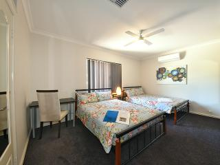 K6 Family room in large house 5km fr Perth City