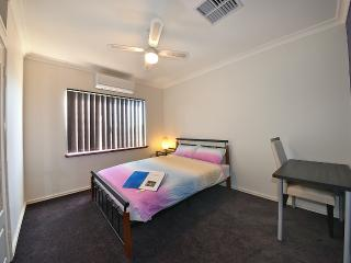 K5 Double bedroom in 8 BR house 5km fr Perth City
