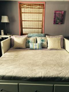 King Size Daybed upstairs 2nd Bedroom/Loft Style