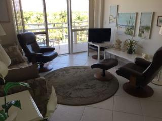 Lovely 1 bedroom beachfront condo walking distance to famous Island dining