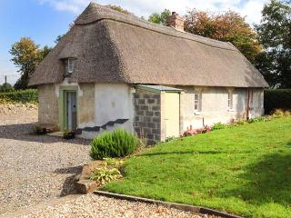 NEW THATCH FARM, thatched cottage, woodburner, off road parking, garden, in Kilm