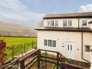 BRANWEN, over two floors, enclosed patio, pet-friendly, Snowdonia views, near Pe