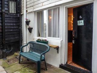 FISHERMAN'S COTTAGE, quaint and terrace holiday home, king-size bed, courtyard, in Hastings, Ref 931935