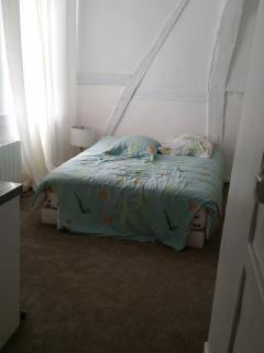 Chambre : 1 lit neuf très confortable