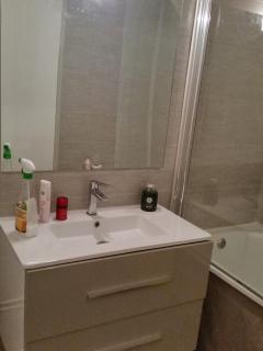 salle de bain - séche cheveux fourni