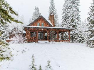 Gorgeous chalet w/private hot tub & wrap-around deck  - walk to the lifts!