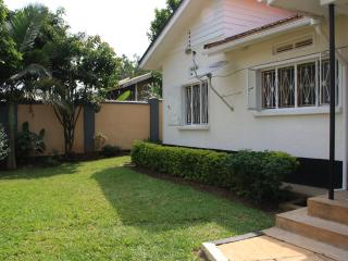 BAZINGA FRIENDSHIP HOUSE-4BR 2BATH HOUSE, Kampala