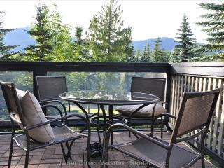 Cosy Two Bedroom Townhome Walk to ski lifts., Whistler