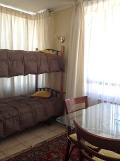 Se reemplaza futón por esta litera en temporada estival
