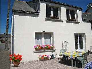 Brittany holiday home. Spacious and just for two. Close to bar/restaurant. Wifi.