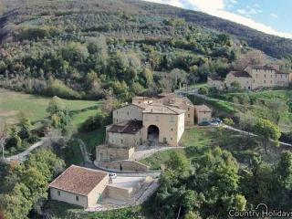 Resort with apartmetns and pool near Assisi, Valtopina