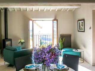 The Apartments Montone - Luxury Apartment, views & balcony in idyllic hill town