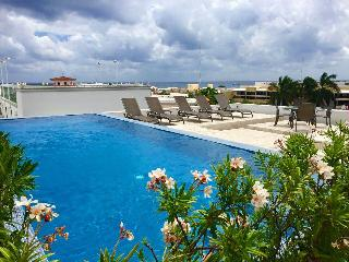 sleeps 6- steps from the mamita's beach, Playa del Carmen