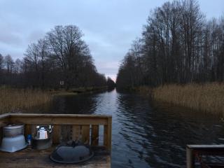 Bo på flotte i Strömsholms kanal