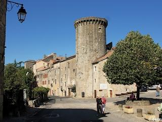 Maison de Village dans un enceinte fortifiee du XV