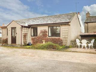 THE BUNGALOW, two bedrooms, pet-friendly, WiFi, close to many attractions, in Levens, Ref 929017