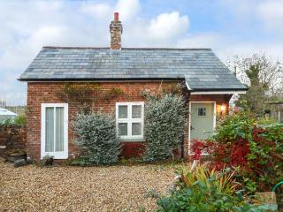 PARKFIELD COTTAGE, cosy barn, en-suite, WiFi, woodburner, private patio, in Sturminster Marshall, Ref 931943