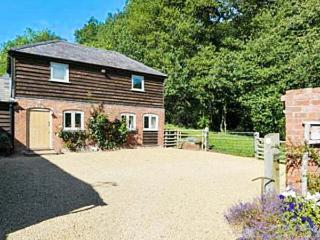 STABLE COTTAGE luxurious detached cottage, wood-fired hot tub, WiFi in Tenbury Wells Ref 932219