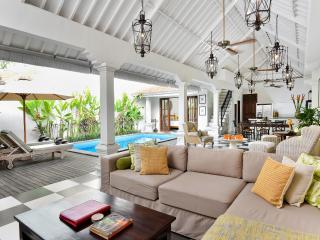 VILLA  KAILYSA INDAH 2BR LUX/POOL 5MINS TO BEACH
